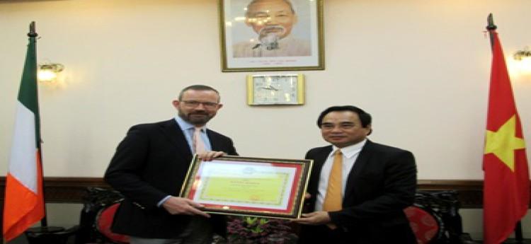 Trao tặng Bằng khen cho Đại sứ Cộng hòa Ai -len tại Việt Nam và Cơ quan Viện trợ Ai-len